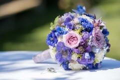 Brautstrauß in violett-blau-weiß (2)_