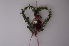 Efeuherz mit Rosen als Wandschmuck