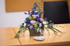 Gesteck in violett-blau-weiß_