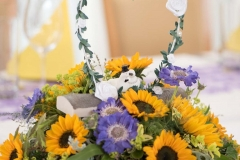 Tischschmuck mit Sonnenblumen und Skabiosen_